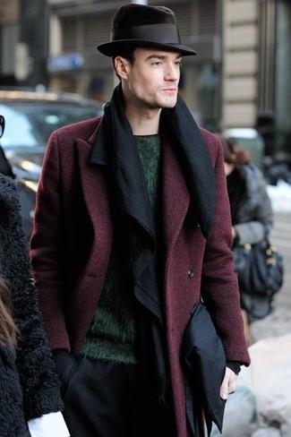 Comment porter: pardessus bordeaux, pull à col rond vert foncé, pantalon de costume noir, chapeau en laine noir