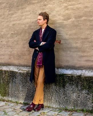 Comment s'habiller au printemps: Pense à harmoniser un pardessus bleu marine avec un pantalon de costume tabac pour dégager classe et sophistication. Si tu veux éviter un look trop formel, choisis une paire de mocassins à pampilles en cuir bordeaux. On trouve que pour pour les journées printanières cette tenue est sublime et très beau.