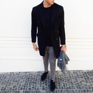 Comment porter: pardessus noir, pull à col rond noir, pantalon de jogging gris, baskets basses noires