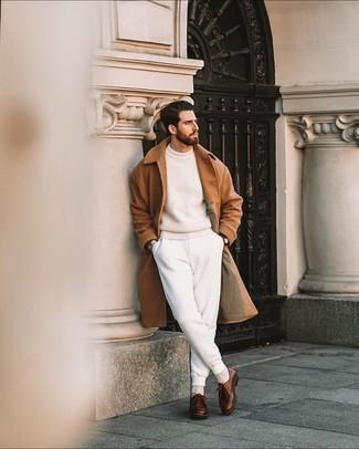 Comment porter un pull à col rond beige: Pense à marier un pull à col rond beige avec un pantalon de jogging blanc pour une tenue idéale le week-end. Jouez la carte classique pour les chaussures et fais d'une paire de bottines chukka en cuir marron ton choix de souliers.