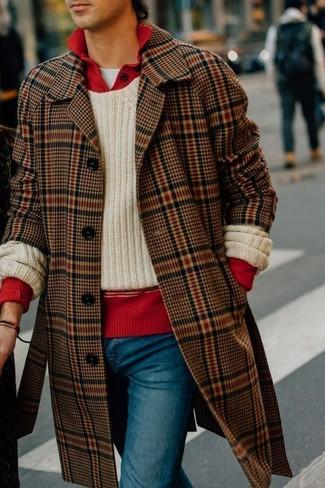 Comment porter: pardessus écossais marron, pull à col rond en tricot beige, pull à col polo rouge, t-shirt à col rond blanc