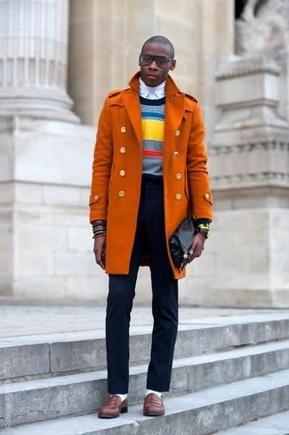 Comment porter: pardessus orange, pull à col rond à rayures horizontales multicolore, pull à col roulé blanc, chemise de ville blanche