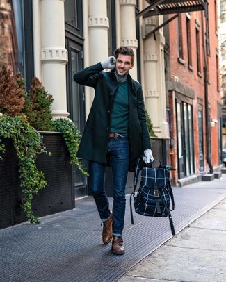 Comment porter: pardessus vert foncé, pull à col rond vert foncé, pull à col roulé gris, jean bleu marine