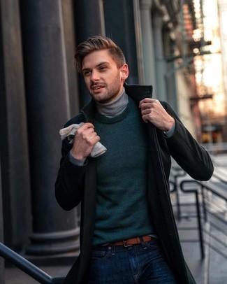 Comment porter une ceinture en cuir marron quand il fait froid: Choisis un pardessus vert foncé et une ceinture en cuir marron pour une tenue relax mais stylée.