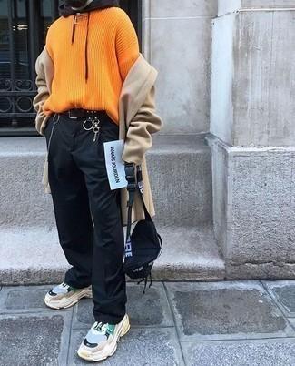 Comment porter un pull à col rond orange: Pense à harmoniser un pull à col rond orange avec un pantalon chino noir pour un look de tous les jours facile à porter. Décoince cette tenue avec une paire de des chaussures de sport multicolores.