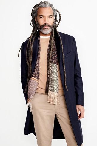 Comment porter: pardessus bleu marine, pull à col rond marron clair, t-shirt à col rond blanc, pantalon chino marron clair