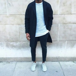 La polyvalence d'un pull à col rond gris Jack & Jones et d'un pantalon chino noir en fait des pièces de valeur sûre. Tu veux y aller doucement avec les chaussures? Assortis cette tenue avec une paire de des chaussures de sport blanches pour la journée.