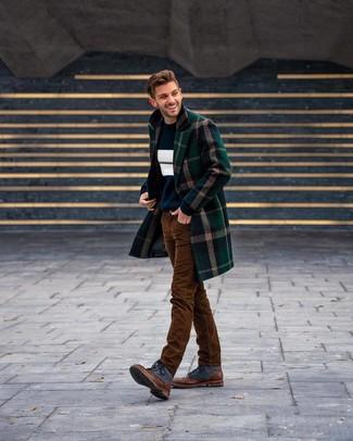 Comment porter des bottes de loisirs en cuir tabac: Pense à marier un pardessus écossais vert foncé avec un jean en velours côtelé marron pour achever un look habillé mais pas trop. Assortis ce look avec une paire de des bottes de loisirs en cuir tabac.