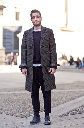Comment porter un pardessus en pied-de-poule gris foncé: Porte un pardessus en pied-de-poule gris foncé et un pantalon chino noir pour un look idéal au travail. Choisis une paire de des chaussures derby en cuir bleu marine pour afficher ton expertise vestimentaire.