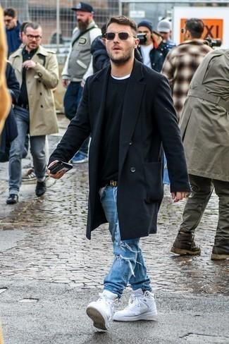 Comment porter des baskets montantes en cuir blanches: Choisis un pardessus noir et un jean déchiré bleu clair pour un déjeuner le dimanche entre amis. D'une humeur audacieuse? Complète ta tenue avec une paire de des baskets montantes en cuir blanches.