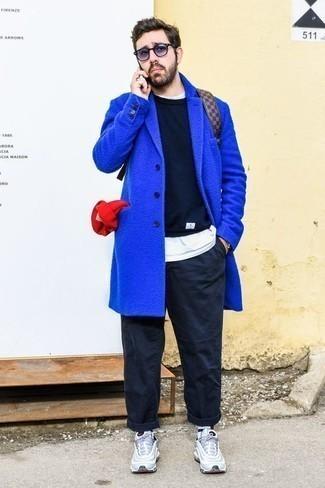 Comment porter un pull à col rond avec un pantalon chino: Marie un pull à col rond avec un pantalon chino pour un déjeuner le dimanche entre amis. Si tu veux éviter un look trop formel, assortis cette tenue avec une paire de des chaussures de sport bleu clair.