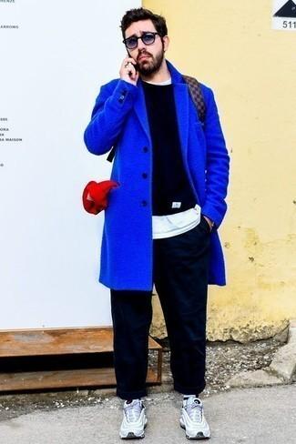 Comment porter des lunettes de soleil violettes: Pense à opter pour un pardessus bleu et des lunettes de soleil violettes pour une tenue relax mais stylée. Jouez la carte décontractée pour les chaussures et choisis une paire de des chaussures de sport bleu clair.
