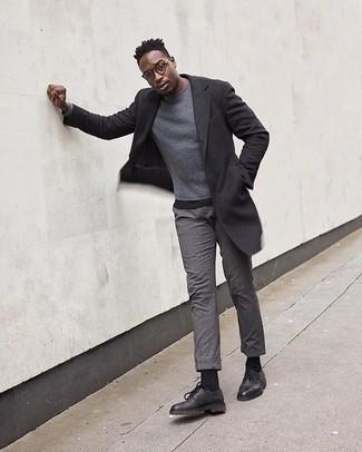 Comment porter un t-shirt à col rond noir: Pour une tenue de tous les jours pleine de caractère et de personnalité harmonise un t-shirt à col rond noir avec un pantalon chino en laine gris. Choisis une paire de des chaussures derby en cuir noires pour afficher ton expertise vestimentaire.