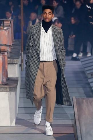 Comment porter: pardessus à carreaux noir et blanc, pull à col roulé noir, chemise à manches longues à rayures verticales blanche, pantalon de costume marron clair