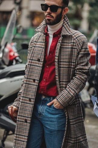 Comment porter: pardessus à chevrons marron, pull à col roulé blanc, chemise à manches longues rouge, jean bleu