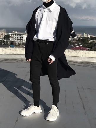 Comment porter: pardessus noir, pull à col roulé noir, chemise à manches longues blanche, jean skinny noir