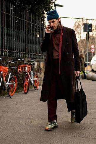 Comment porter: pardessus marron foncé, pull à col roulé bordeaux, chemise à manches longues rouge, pantalon chino bordeaux