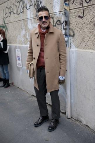 Comment porter un pardessus marron clair: Associe un pardessus marron clair avec un pantalon de costume gris foncé pour dégager classe et sophistication. Si tu veux éviter un look trop formel, opte pour une paire de des bottes de loisirs en cuir bordeaux.
