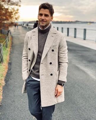 Comment porter une chemise à manches longues blanche: Porte une chemise à manches longues blanche et un pantalon de costume bleu marine pour un look classique et élégant.