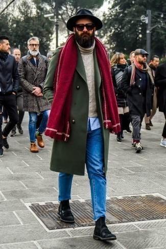 Comment s'habiller après 40 ans en hiver: Choisis un pardessus olive et un jean bleu si tu recherches un look stylé et soigné. D'une humeur audacieuse? Complète ta tenue avec une paire de bottines chelsea en daim noires. La tenue est bien hivernale.