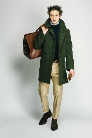 Comment porter un pantalon de costume marron clair: Porte un pardessus vert foncé et un pantalon de costume marron clair pour un look pointu et élégant. Tu veux y aller doucement avec les chaussures? Assortis cette tenue avec une paire de des bottines chukka en daim vert foncé pour la journée.