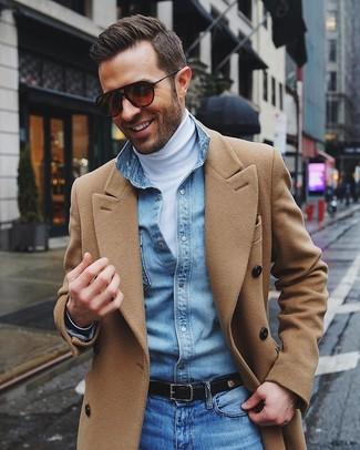 Tenue: Pardessus marron clair, Pull à col roulé blanc, Chemise en jean bleu clair, Jean bleu