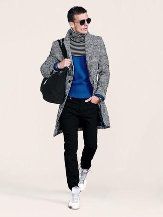 Comment porter: pardessus écossais gris, pull à col roulé bleu, jean noir, baskets montantes blanches