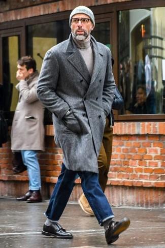Comment porter: pardessus gris, pull à col roulé gris, jean bleu, double monks en cuir noirs