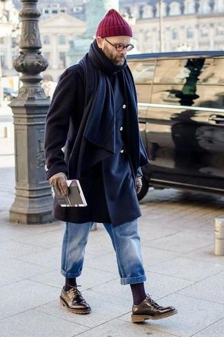 Comment porter: pardessus bleu marine, pull à col roulé noir, jean bleu, chaussures derby en cuir noires