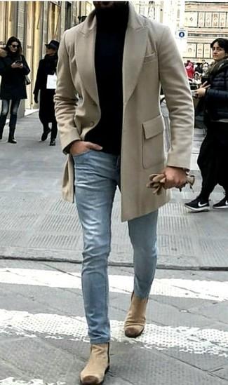 Comment porter: pardessus beige, pull à col roulé noir, jean bleu clair, bottines chelsea en daim beiges