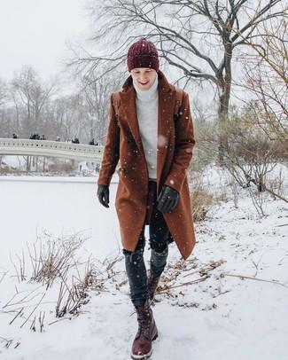 Comment porter: pardessus tabac, pull à col roulé en tricot blanc, jean noir, bottes de loisirs en cuir bordeaux