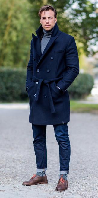 Comment porter: pardessus bleu marine, pull à col roulé gris, jean bleu marine, chaussures derby en cuir marron