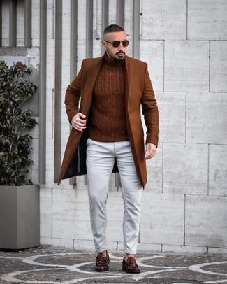 Comment porter: pardessus marron, pull à col roulé en tricot marron, jean blanc, slippers en cuir marron foncé