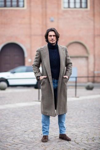 Comment porter: pardessus marron, pull à col roulé en laine en tricot bleu marine, jean bleu, bottines chelsea en daim marron foncé