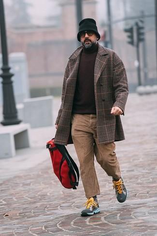 Comment porter un jean marron clair: Opte pour un pardessus écossais marron foncé avec un jean marron clair si tu recherches un look stylé et soigné. Jouez la carte décontractée pour les chaussures et complète cet ensemble avec une paire de des chaussures de sport multicolores.