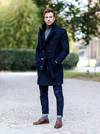 Comment porter des chaussettes à rayures horizontales bleues: Choisis un pardessus bleu marine et des chaussettes à rayures horizontales bleues pour une tenue relax mais stylée. D'une humeur créatrice? Assortis ta tenue avec une paire de des chaussures derby en cuir marron.