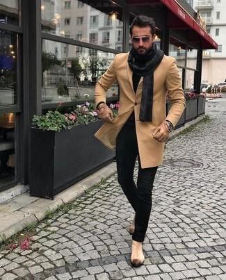Comment porter une écharpe gris foncé: Pense à marier un pardessus marron clair avec une écharpe gris foncé pour un look confortable et décontracté. Jouez la carte classique pour les chaussures et choisis une paire de des bottines chelsea en daim beiges.