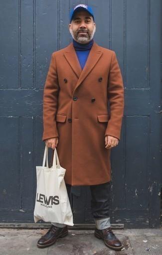 Comment porter un jean gris foncé: Pense à porter un pardessus tabac et un jean gris foncé pour aller au bureau. Cette tenue se complète parfaitement avec une paire de des bottes brogue en cuir bordeaux.