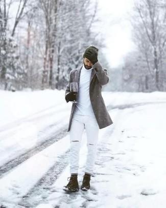 Comment porter un pull à col roulé blanc pour un style decontractés: Un pull à col roulé blanc et un jean déchiré blanc sont ta tenue incontournable pour les jours de détente. Habille ta tenue avec une paire de des bottes de loisirs en daim marron foncé.