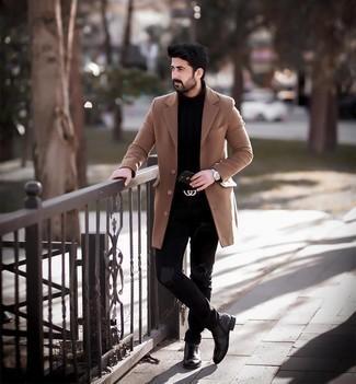 Comment s'habiller pour un style decontractés quand il fait froid: Pour créer une tenue idéale pour un déjeuner entre amis le week-end, harmonise un pardessus marron clair avec un jean déchiré noir. Opte pour une paire de bottines chelsea en cuir marron foncé pour afficher ton expertise vestimentaire.