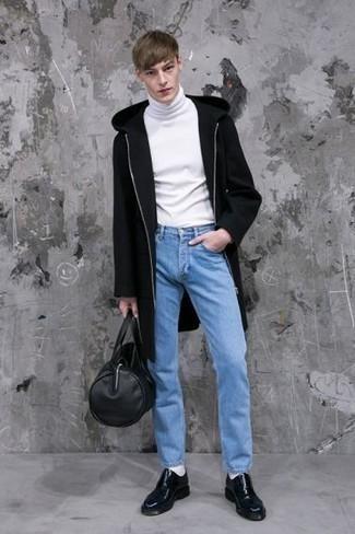 Comment s'habiller quand il fait froid: Essaie d'harmoniser un pardessus noir avec un jean bleu clair si tu recherches un look stylé et soigné. Jouez la carte classique pour les chaussures et choisis une paire de chaussures derby en cuir noires.
