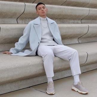 Comment s'habiller à 20 ans au printemps: Essaie de marier un pardessus bleu clair avec un jean blanc pour achever un look habillé mais pas trop. Jouez la carte décontractée pour les chaussures et opte pour une paire de chaussures de sport beiges. Cette tenue sent le printemps.