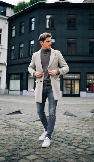 Comment porter: pardessus gris, pull à col roulé gris, jean skinny bleu, baskets basses blanches