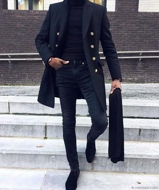 Comment porter: pardessus bleu marine, pull à col roulé noir, jean skinny bleu marine, bottines chelsea en daim noires