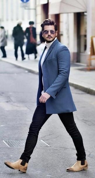 Comment porter: pardessus bleu, pull à col roulé en tricot blanc, jean skinny noir, bottines chelsea en cuir marron clair