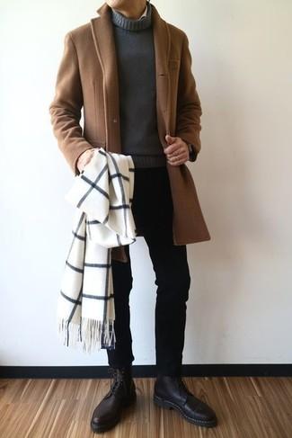 Comment porter: pardessus marron, pull à col roulé gris foncé, jean skinny noir, bottes habillées en cuir noires