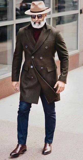 Comment porter: pardessus marron foncé, pull à col roulé bordeaux, jean skinny bleu marine, bottines chelsea en cuir marron foncé