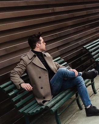Comment porter: pardessus marron, pull à col roulé noir, jean skinny bleu, bottines chukka en daim noires