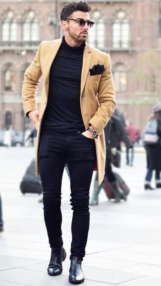 Comment porter: pardessus marron clair, pull à col roulé noir, jean skinny noir, bottines chelsea en cuir noires