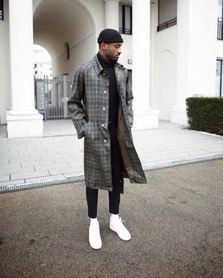 Comment porter: pardessus écossais gris, pull à col roulé noir, jean skinny noir, baskets basses en toile blanches